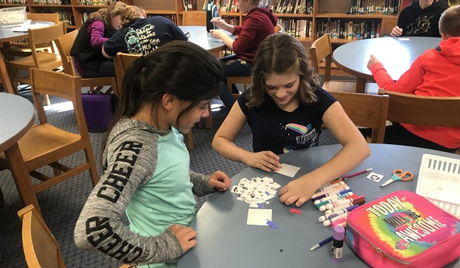 Students make campaign buttons during a History smArts outreach program with the Kentucky Historical Society.